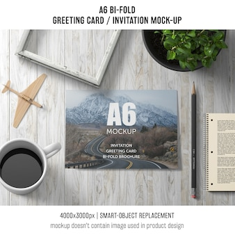 A6折り畳み式挨拶状のテンプレートとコーヒーと植物