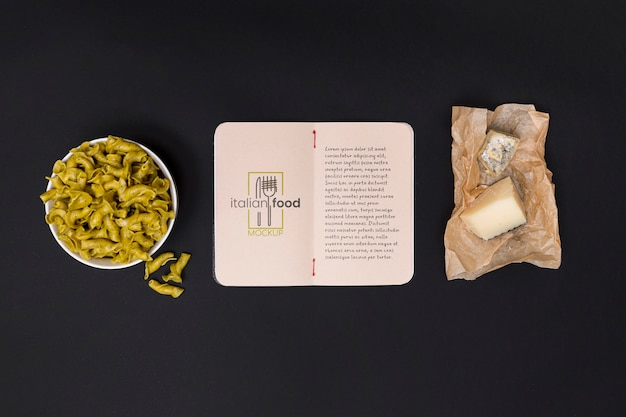 Выше вид итальянский сыр и макароны