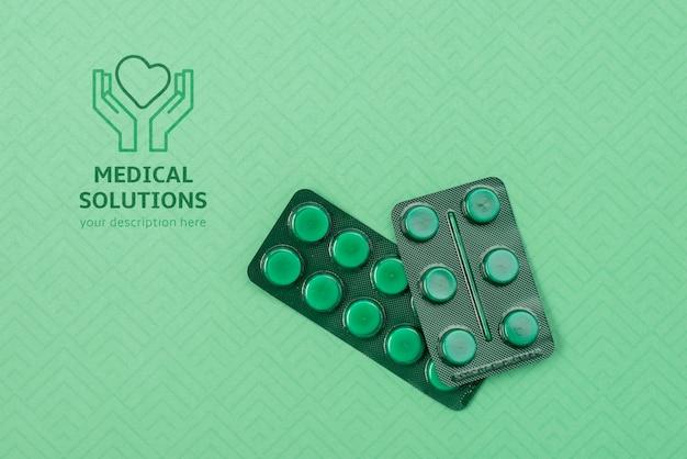 Выше вид таблетки на зеленом фоне
