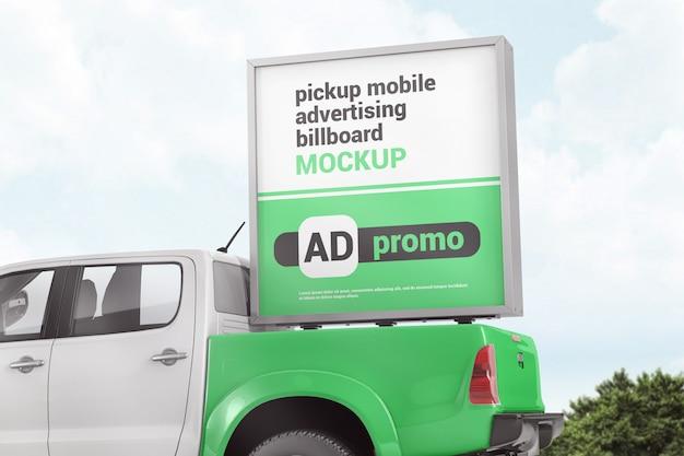 ピックアップトラックのモックアップの背面にある広告ボックス