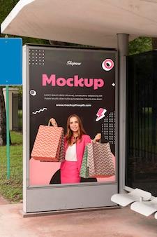 Mockup di display esterno pubblicitario