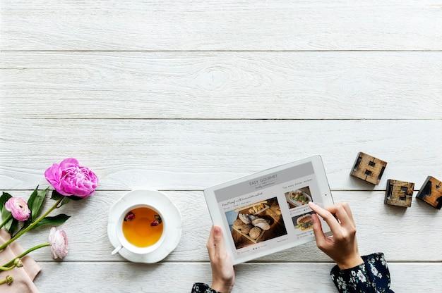 Vista aerea di una donna che utilizza compressa digitale che cucina concetto di hobby