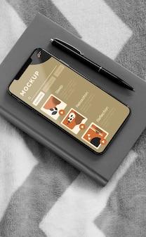 Повестка дня и мобильный на кровати