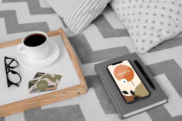 Agenda e mobile sul letto