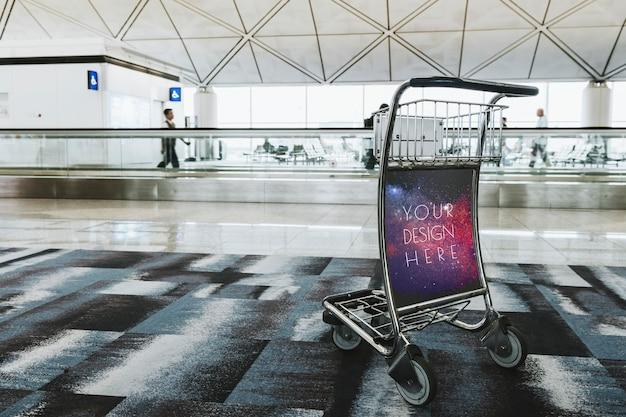 Тележка для багажа в аэропорту в пассажирском терминале
