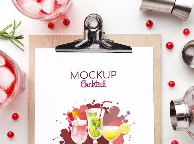 クリップボードのモックアップとアルコール飲料