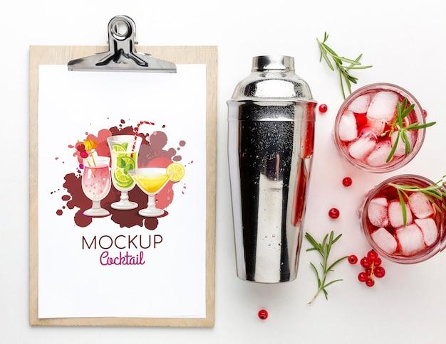 클립 보드 모형이 포함 된 알코올 음료