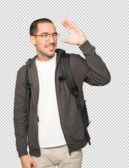 双眼鏡のように手を使って驚いた学生