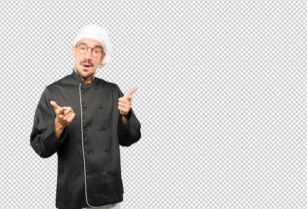 그의 손가락으로 당신을 가리키는 놀된 젊은 요리사