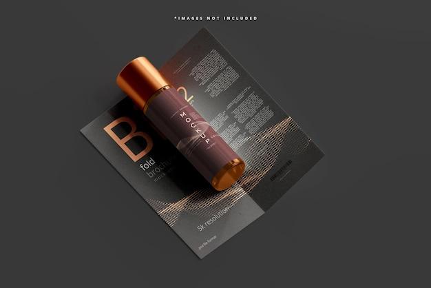 Mockup di bottiglia cosmetica in vetro ambrato con brochure pieghevole