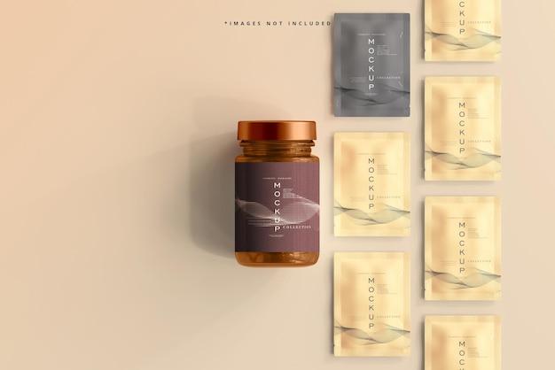 琥珀色のガラス化粧品の瓶と小袋のモックアップ