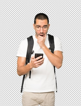 휴대 전화를 사용하는 화난 학생
