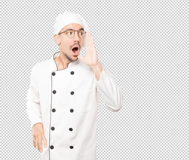 Злой молодой шеф-повар пытается сказать что-то сильно