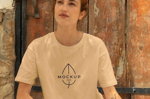 Mockup di abbigliamento della città moderna della ragazza
