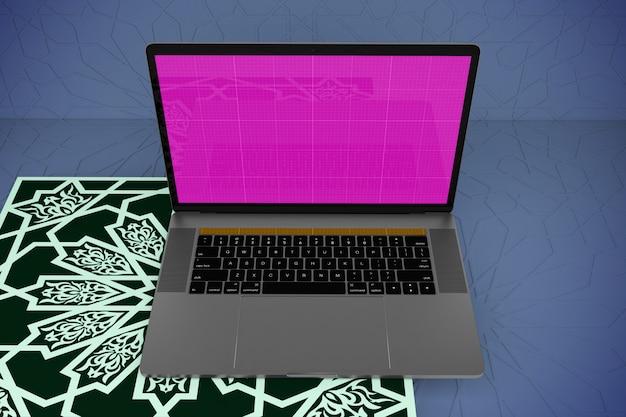 ノートパソコンのモックアップとアラビア語の表面