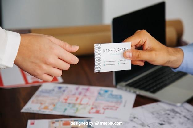 Concetto dell'architetto con il modello del biglietto da visita