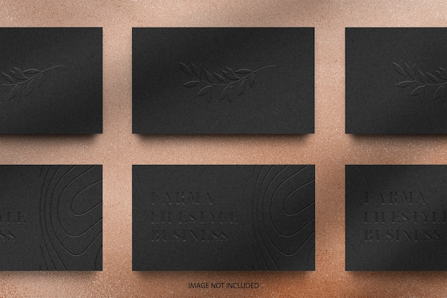黒の名刺エンボスロゴのモックアップを配置