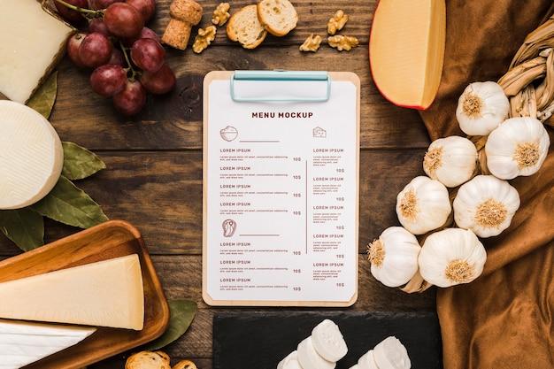 Disposizione di deliziosi tipi di cibo con appunti mock-up