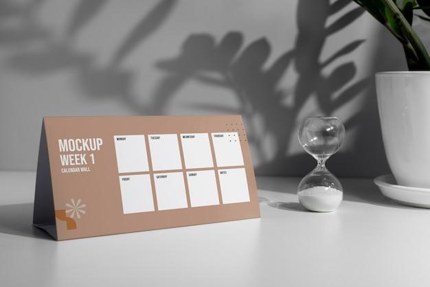Disposizione del calendario da tavolo mock-up all'interno