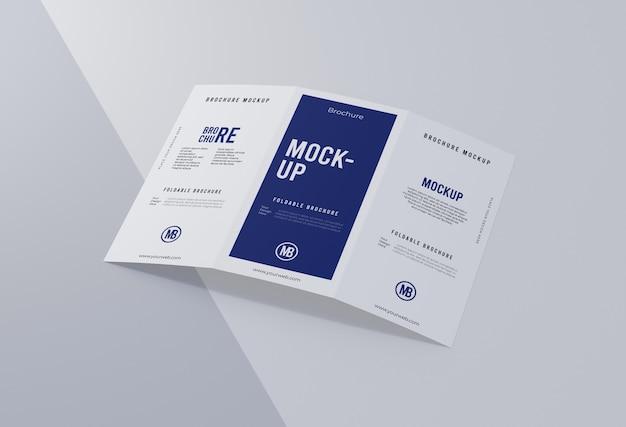 白で隔離のパンフレットのモックアップの配置