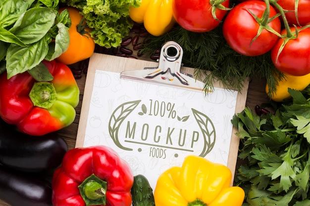 地元産の野菜のモックアップのアレンジメント