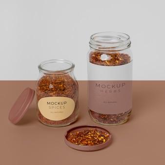 Disposizione delle spezie con etichetta mock-up