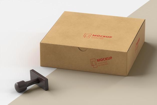 Disposizione del timbro e della scatola etichettata