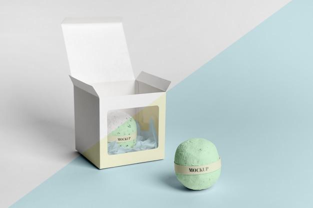 Arrangement with bath bomb in box