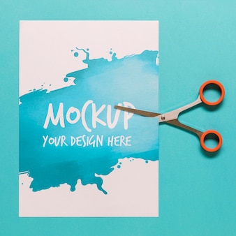 Disposizione con carta mock-up e forbici