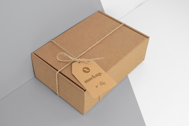 Композиция с макетом бирки крафтовой коробки