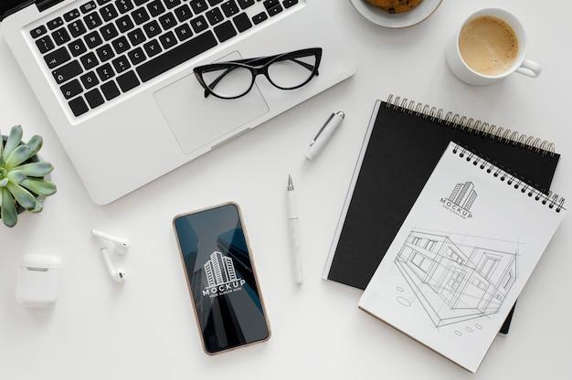 Disposizione con blocco note mock-up su una scrivania