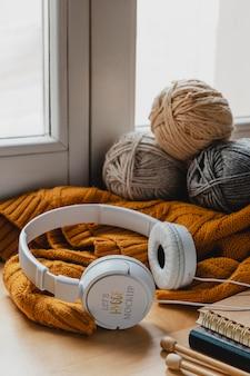 Arrangement with thread and headphones