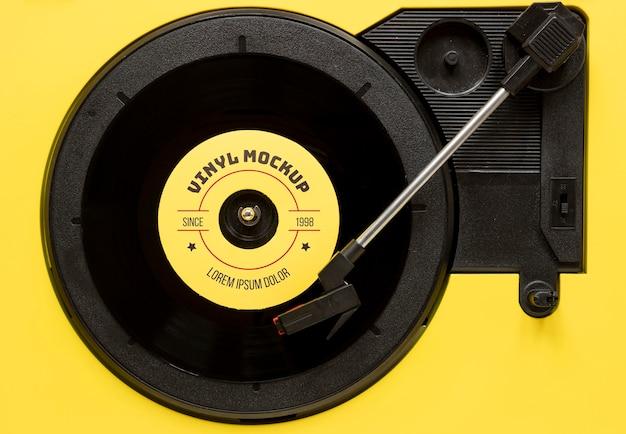 Композиция с макетом виниловой пластинки