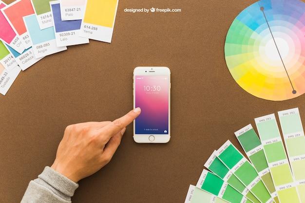Концепция искусства с рукой и смартфоном