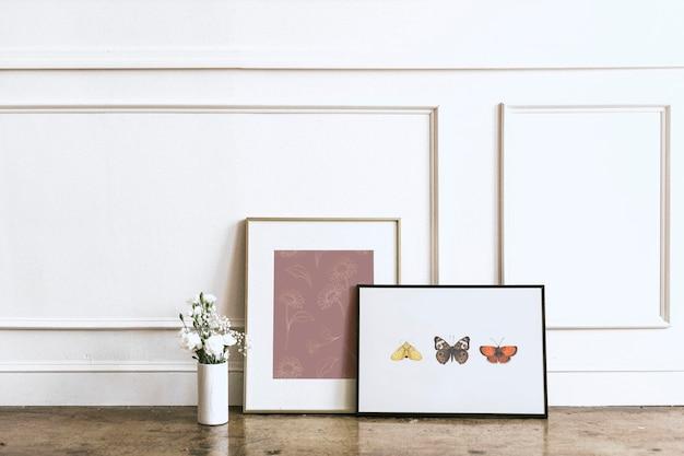 白い壁にアートフレームのモックアップ