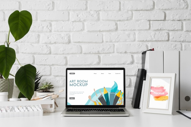 Рабочий стол художника с инструментами и ноутбуком