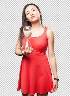 Азиатская женщина держит песок таймер