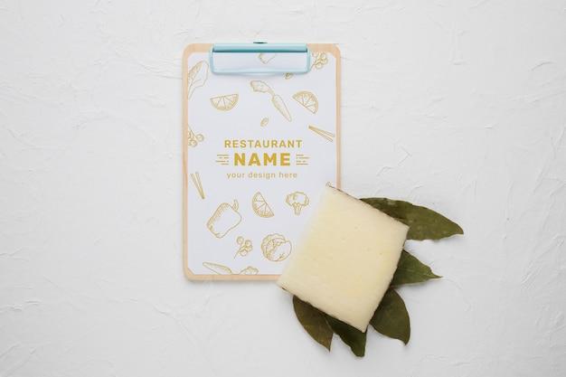 美味しいチーズとクリップボードのモックアップの品揃え