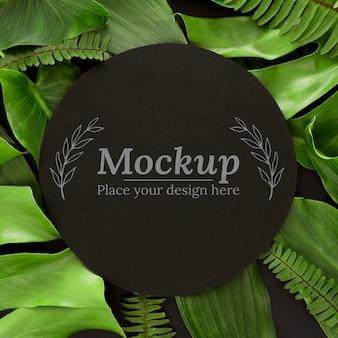 モックアップと緑の葉の品揃え