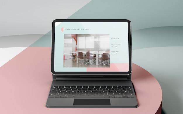 Ассортимент современных планшетов с подключенной клавиатурой