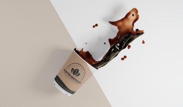 コーヒースプラッシュと紙のコーヒーカップの品揃え