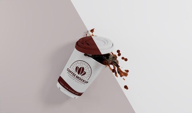 Assortimento di tazzine da caffè in carta con schizzi di caffè