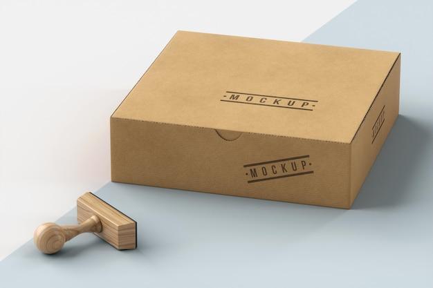 Assortimento di francobolli e scatola con etichetta