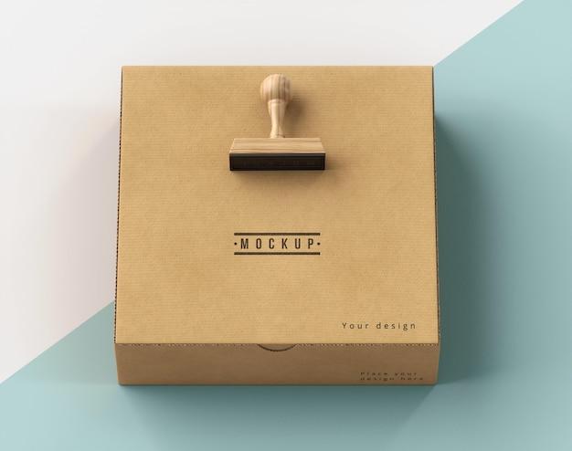 Assortimento di scatole con etichetta timbro