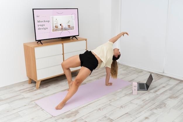 Donna atletica che fa yoga a casa