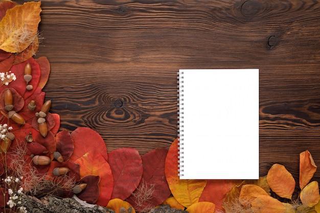 紅葉、クッキー、紙のノート
