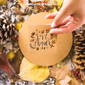Mockup di autunno con la mano