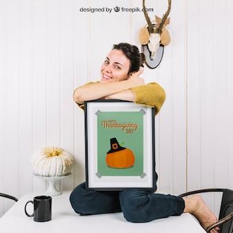 Осенний макет с счастливой женщиной и рамкой