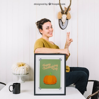 Осенний макет с женщиной и рамкой на столе