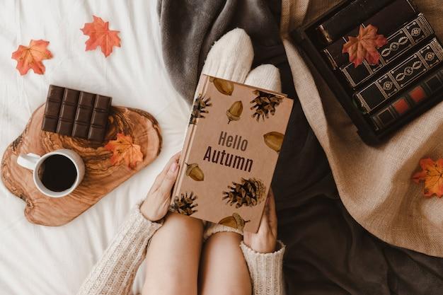 Осенний макет с женщиной на кровати